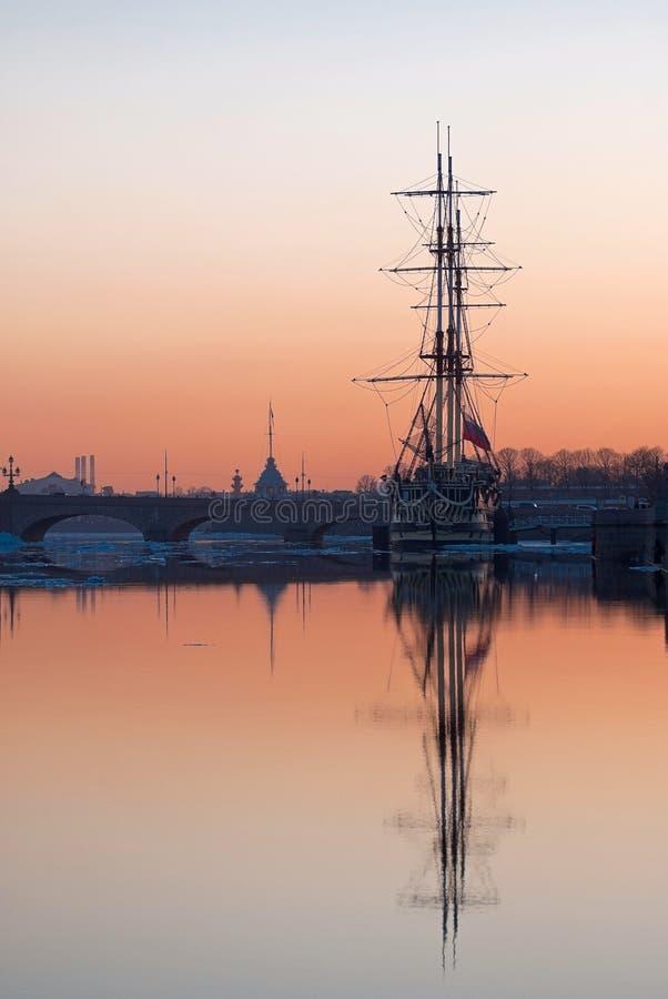 Download Zeilboot bij Zonsondergang stock foto. Afbeelding bestaande uit schooner - 54087254