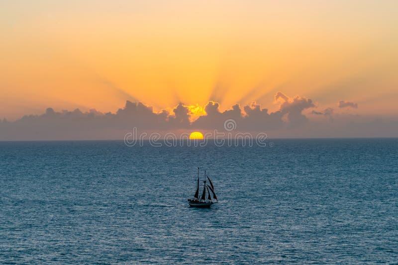 Zeilboot bij zonsondergang in Key West royalty-vrije stock fotografie