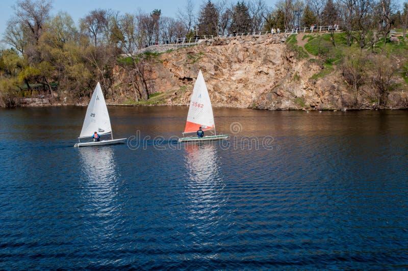 Zeilboot in de achtergrondsteenkust stock foto
