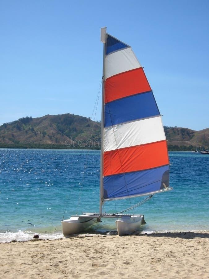 Zeilboot in de baai stock foto's