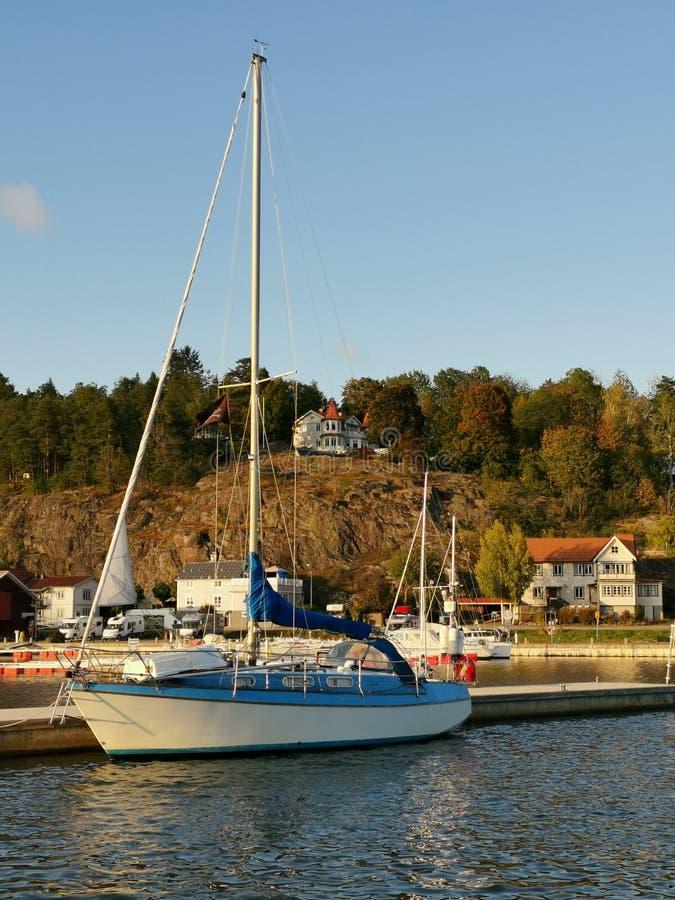 Zeilboot in de haven van Valdemarsvik, Zweden stock foto's