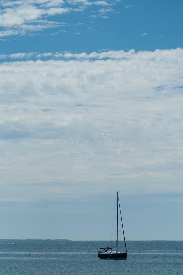 Zeilboot in de oceaan in Quiberon op bewolkte hemelachtergrond stock fotografie