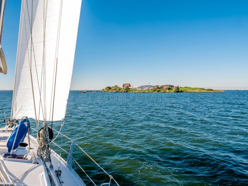 Zeilboot die aan forteiland Pampus in IJmeer-meer dichtbij Amsterdam, Nederland varen royalty-vrije stock afbeelding