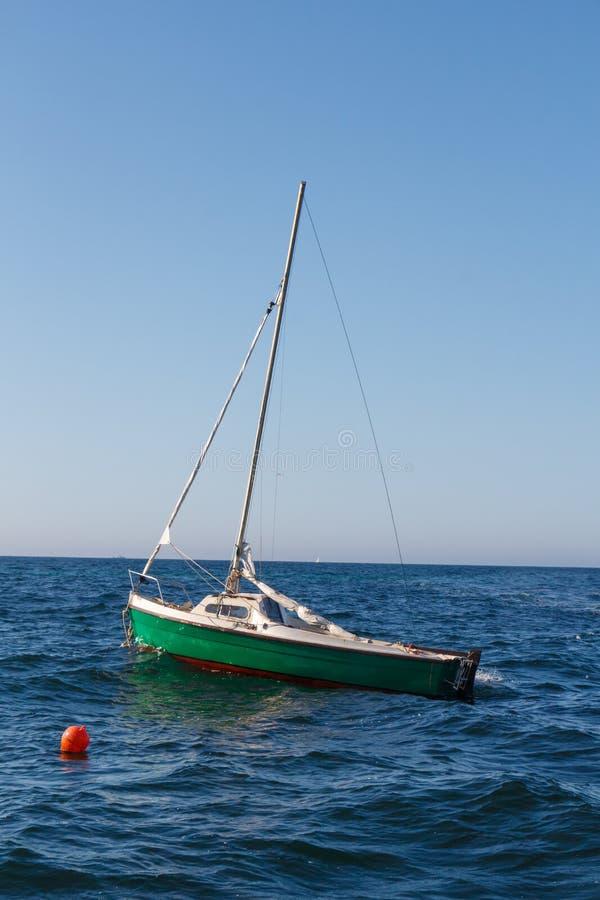 Zeilboot die in Bretagne wordt vastgelegd royalty-vrije stock foto's