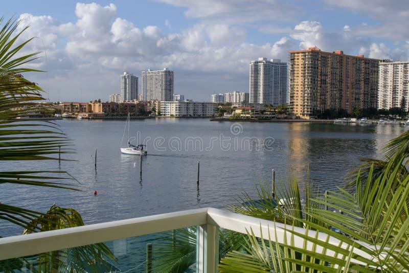 Zeilboot die in de waterweg van Miami varen royalty-vrije stock fotografie