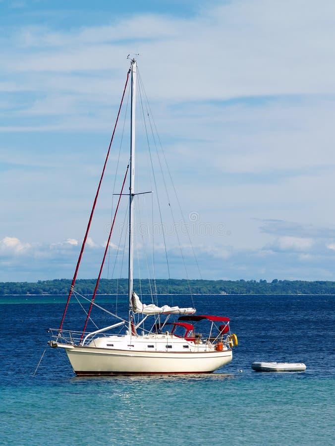 Zeilboot die in haven wordt verankerd royalty-vrije stock fotografie