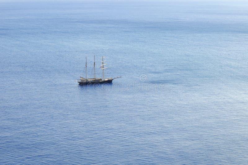Zeilboot die met opgevouwene zeilen varen royalty-vrije stock foto's
