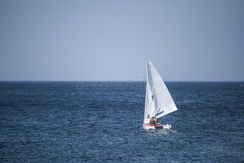 Zeilboot die over de oceaan glijden stock afbeelding
