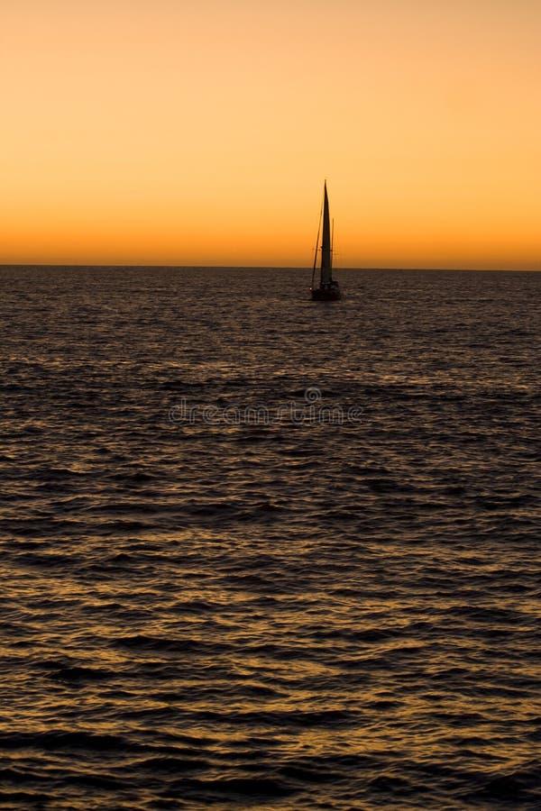 Zeilboot die tijdens de avond vaart stock afbeelding