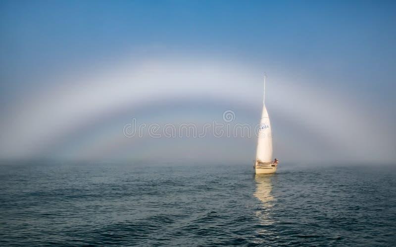 Zeilboot die uit zeldzame fogbow te voorschijn komen royalty-vrije stock afbeelding