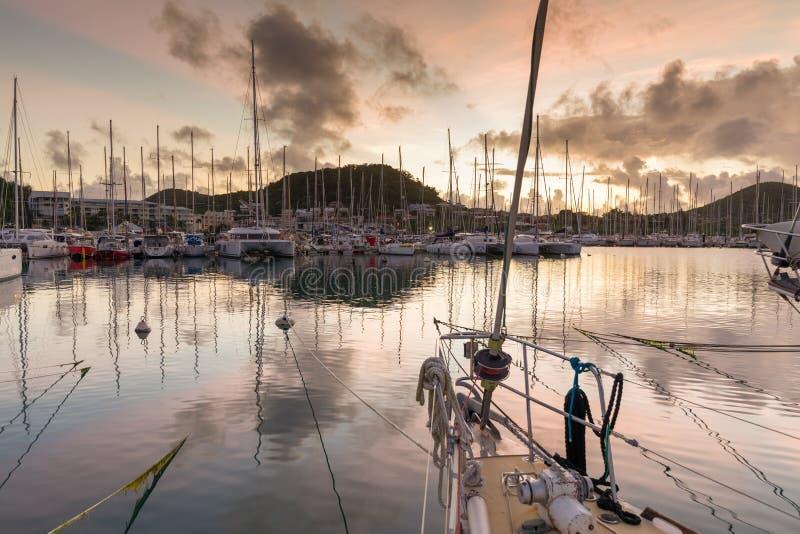 Zeilboot in een jachthaven bij zonsopgang royalty-vrije stock foto's