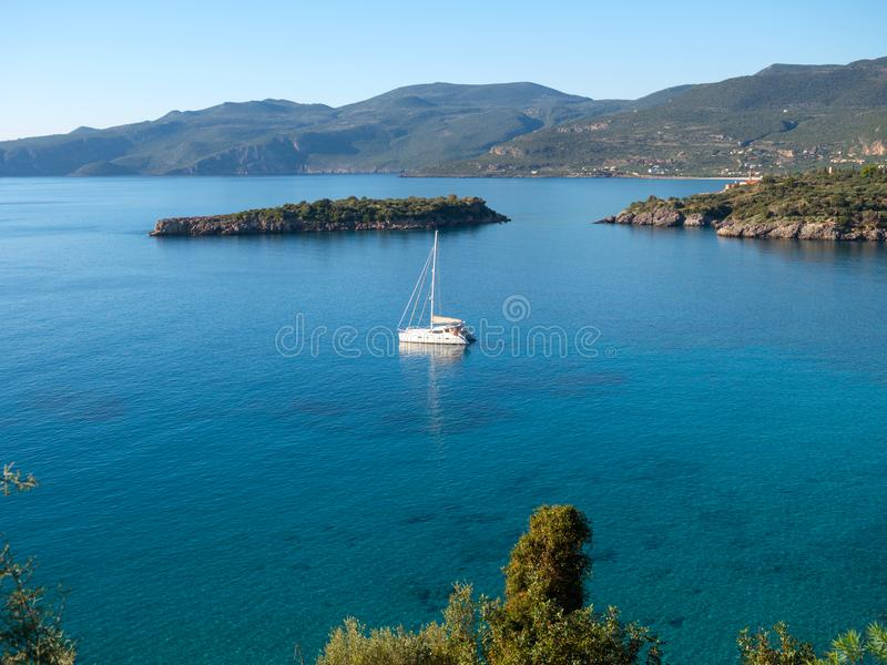 Zeilboot in een kust, Laconia, Griekenland stock afbeelding