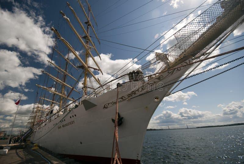 Zeilboot en Brug royalty-vrije stock fotografie