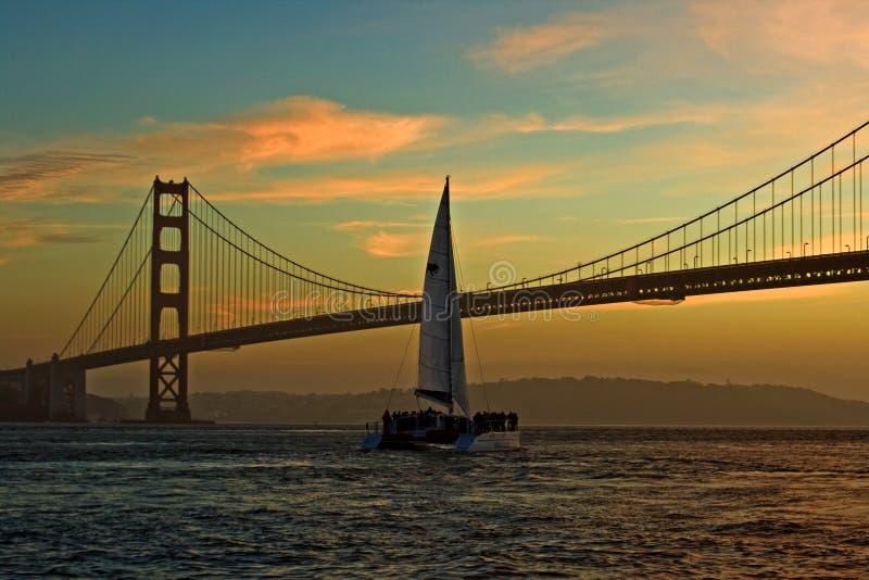 Zeilboot en Golden Gate bij Zonsondergang stock afbeelding