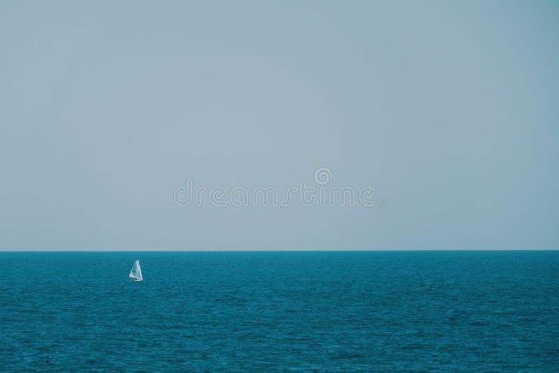 Zeilboot in het blauwe overzees in de zomer royalty-vrije stock afbeeldingen