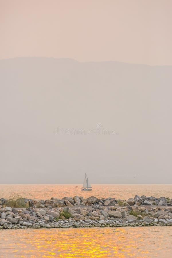 Zeilboot in Meer Utah met weerspiegeling van zonsondergang royalty-vrije stock afbeeldingen