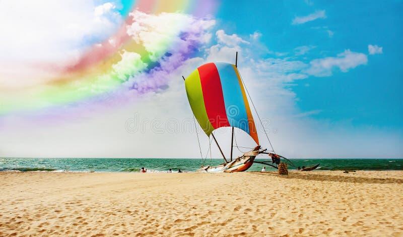 Zeilboot met kleurrijk zeil op de kust in Sri Lanka stock fotografie