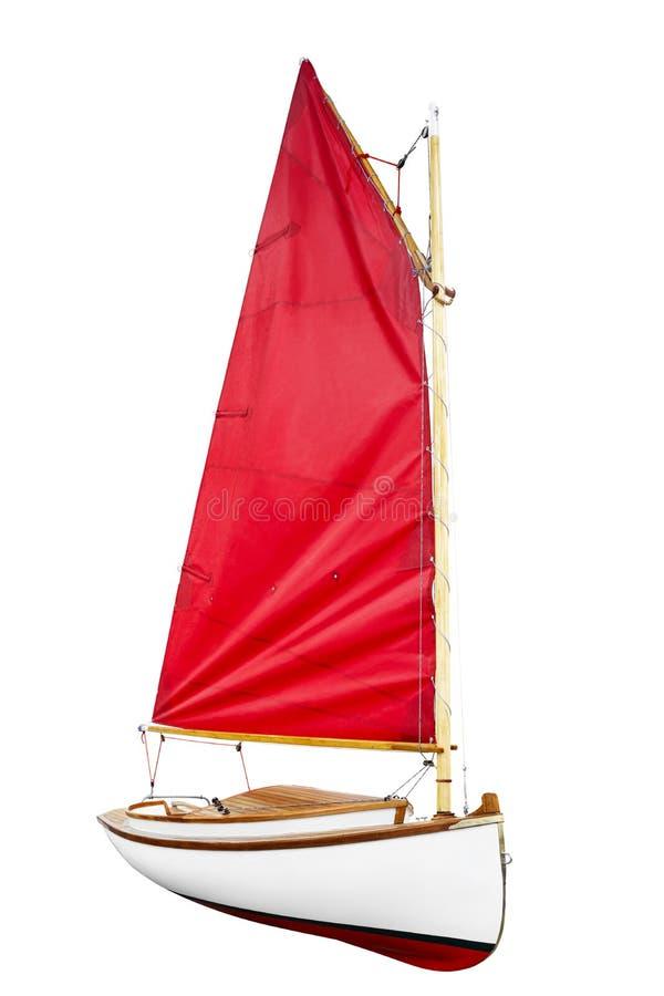 Zeilboot met rood scharlaken die zeil op een witte achtergrond wordt geïsoleerd royalty-vrije stock fotografie