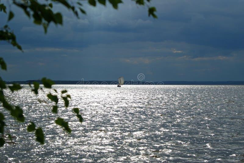Zeilboot onder een stormachtige hemel royalty-vrije stock fotografie