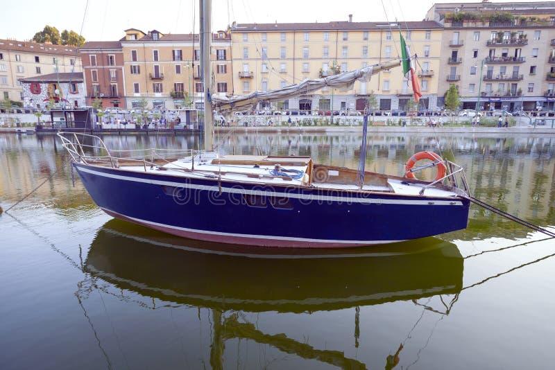 Zeilboot op Darsena, de stad die van Milaan wordt vastgelegd Het beeld van de kleur stock afbeeldingen