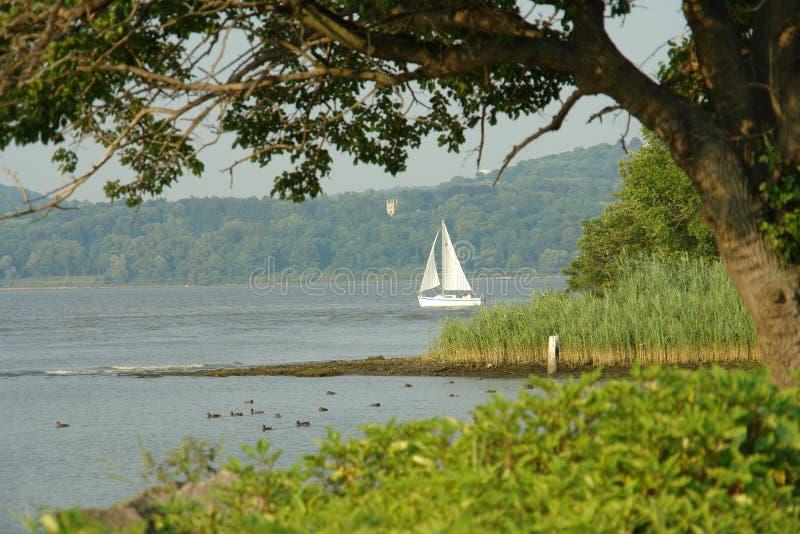 Zeilboot op de hudsonrivier stock foto's