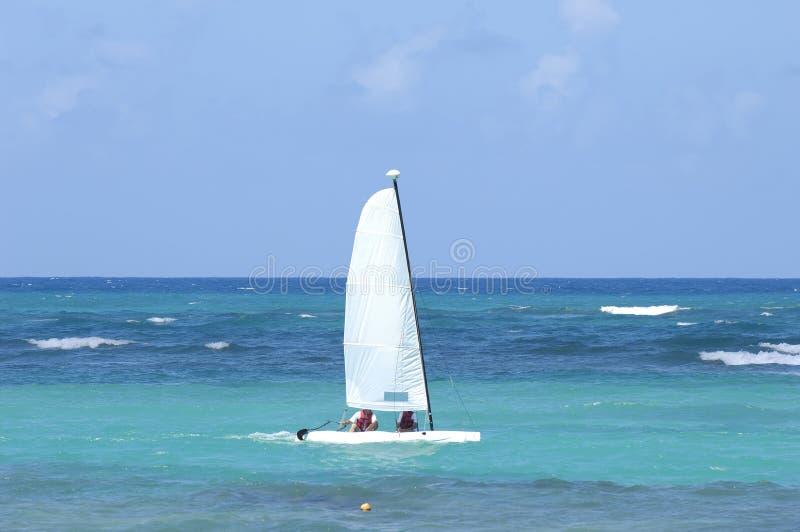 Zeilboot op het blauwe Caraïbische overzees. stock afbeelding