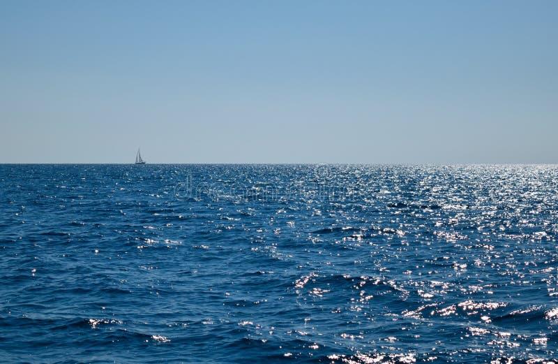 Zeilboot op het overzees royalty-vrije stock fotografie