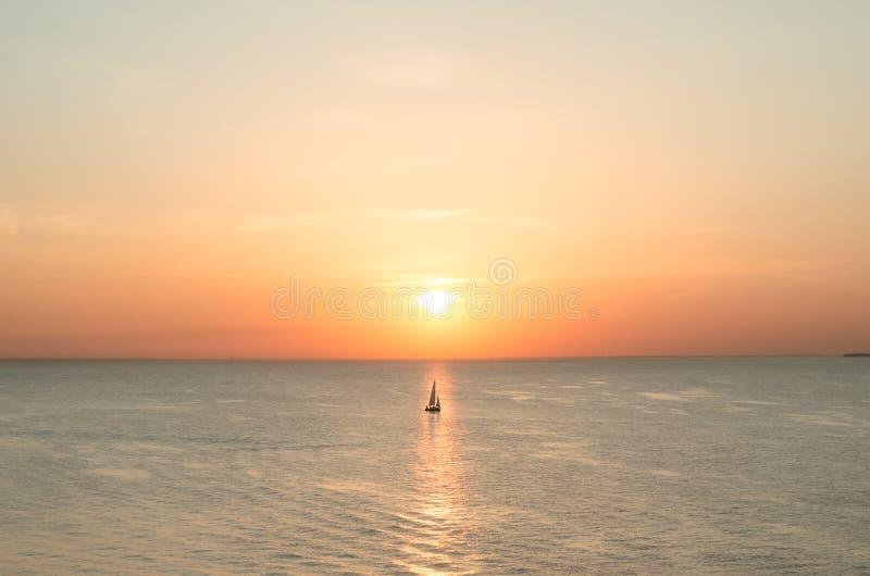Zeilboot op het water van het overzees bij zonsondergang in scharlaken kleur royalty-vrije stock fotografie