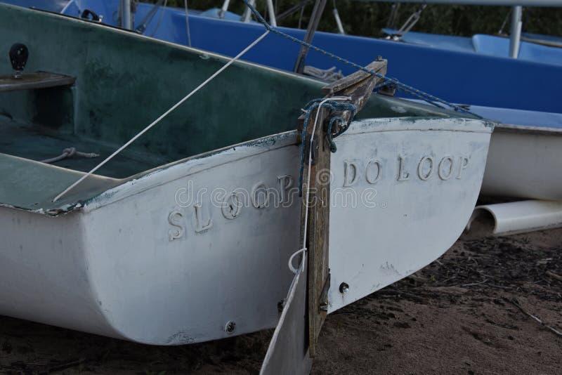 Zeilboot op Kust royalty-vrije stock fotografie