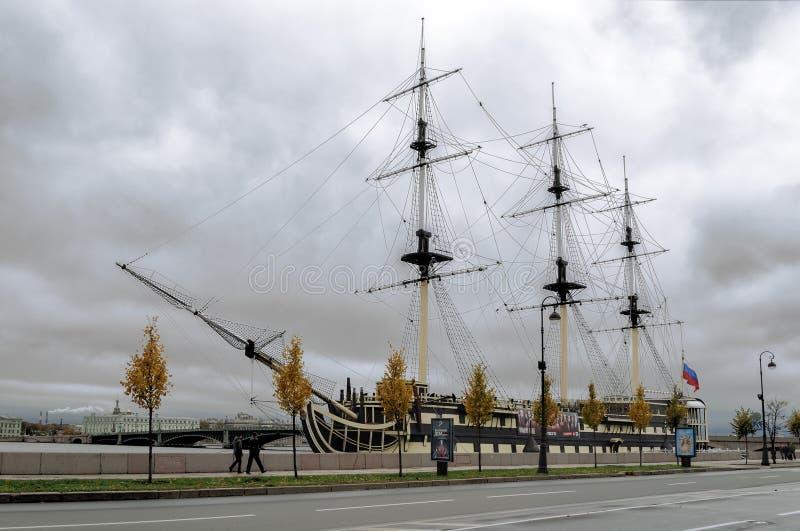 Zeilboot op Peter dijk St Petersburg, Rusland royalty-vrije stock foto