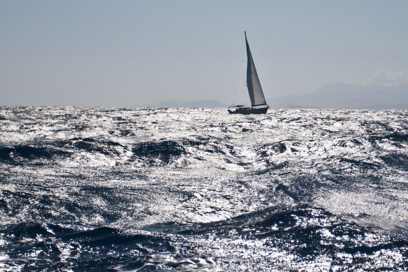 Zeilboot op ruwe overzees stock afbeelding