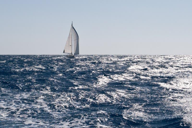 Zeilboot op ruwe overzees royalty-vrije stock foto's