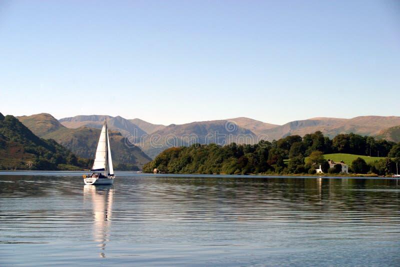 Zeilboot op Ullswater royalty-vrije stock afbeeldingen