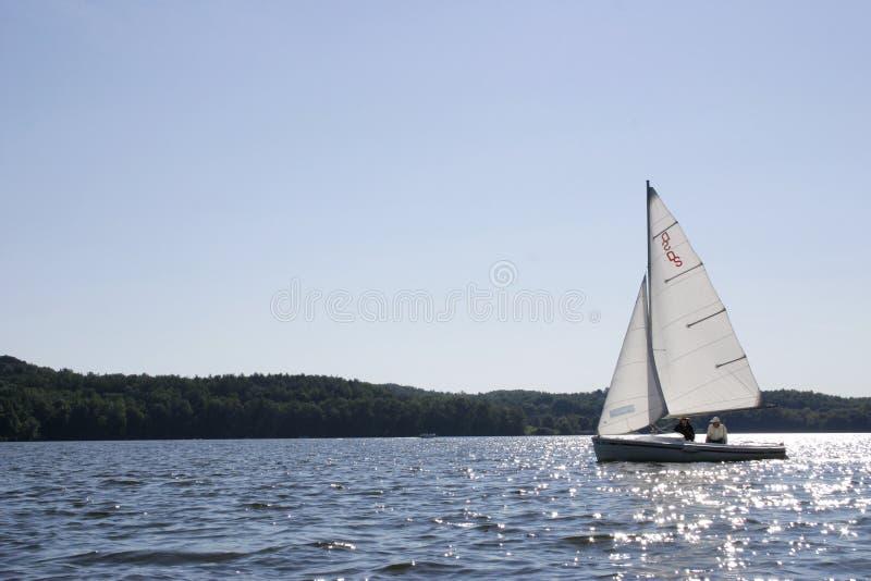Download Zeilboot op water stock afbeelding. Afbeelding bestaande uit zonnig - 312147