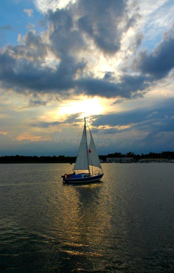 Zeilboot tegen de hemel royalty-vrije stock afbeeldingen