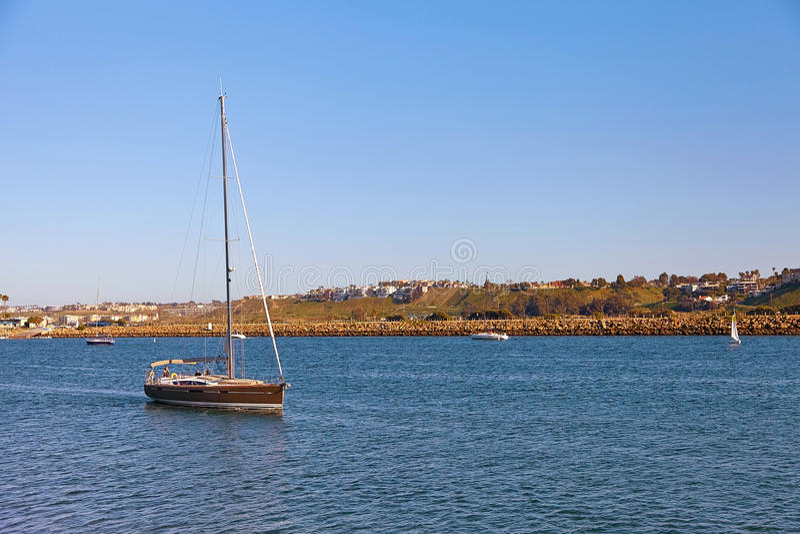 Zeilboot terug naar Marina Del Rey in Californië royalty-vrije stock afbeeldingen