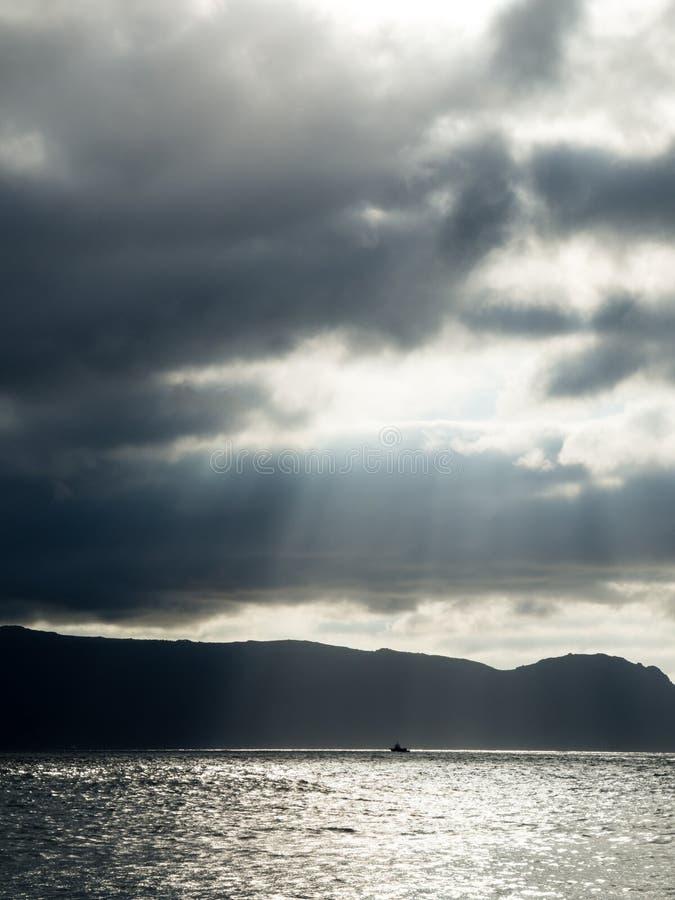 Zeilboot tussen lichten en schaduwen royalty-vrije stock fotografie