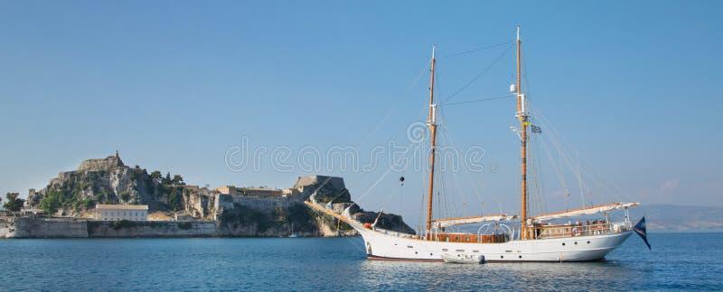 Zeilboot van hout met mast twee vóór de stad van Korfu in Griekse I stock fotografie