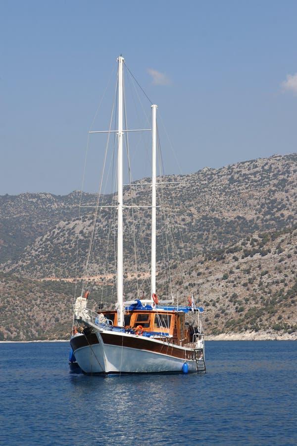 Zeilboot zonder zeil stock afbeelding
