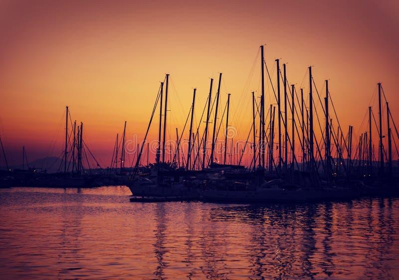 Zeilboothaven op zonsondergang royalty-vrije stock foto's