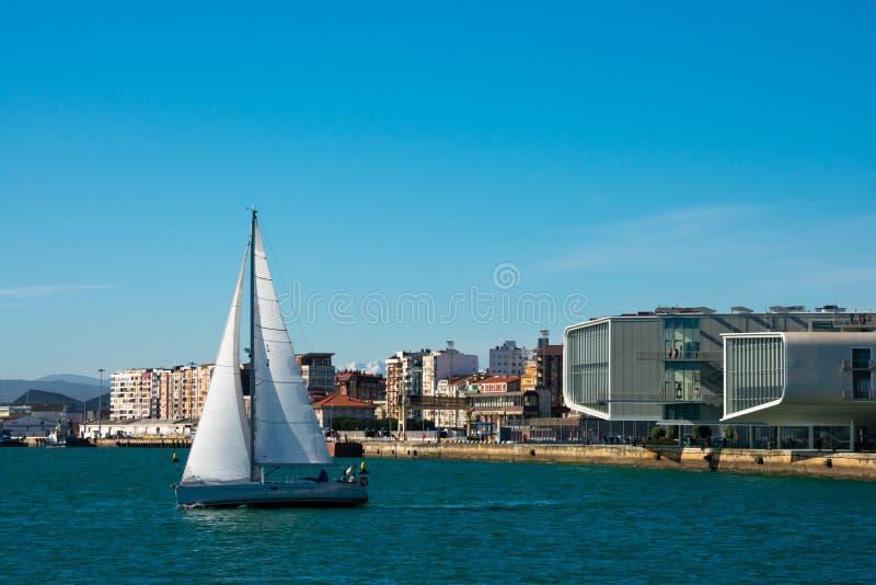 Zeilbootmening over de Baai van Santander royalty-vrije stock foto