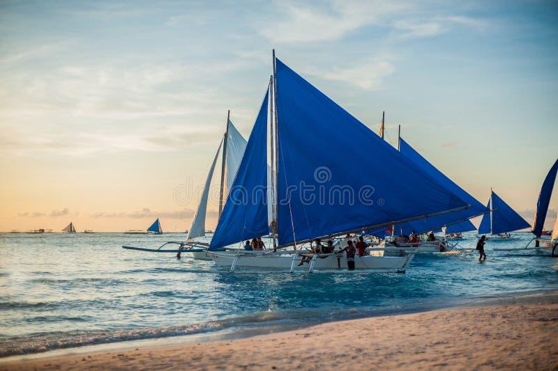 Zeilboten bij zonsondergang, Boracay-Eiland stock fotografie