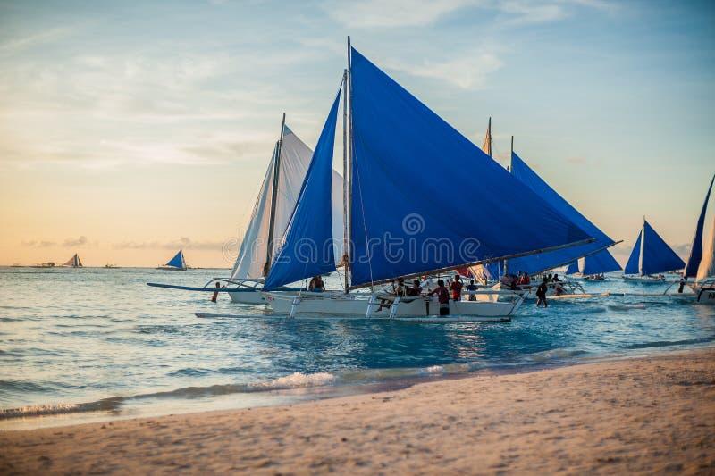 Zeilboten bij zonsondergang, Boracay-Eiland royalty-vrije stock afbeeldingen