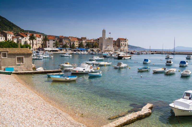 Zeilboten die de haven op een de zomerdag stippelen van Vis Island, Kroatië royalty-vrije stock afbeelding