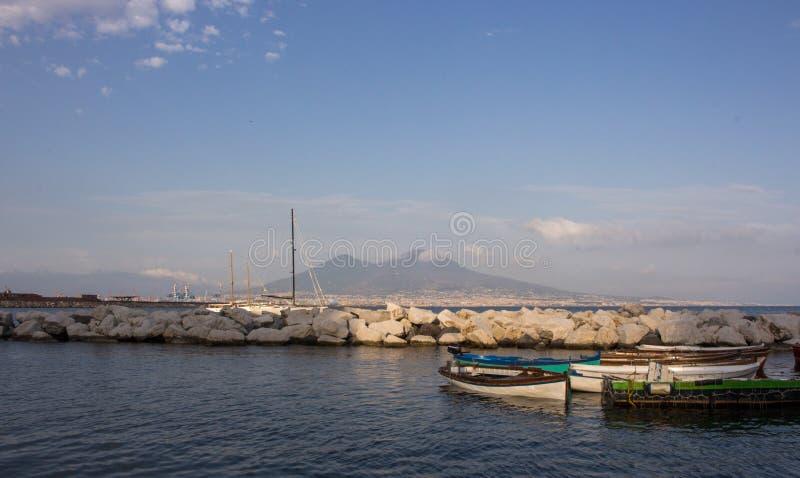 Zeilboten in dok tegen de vulkaan van de Vesuvius en Middellandse Zee Boten in haven in Napels Napoli, Italië royalty-vrije stock afbeeldingen
