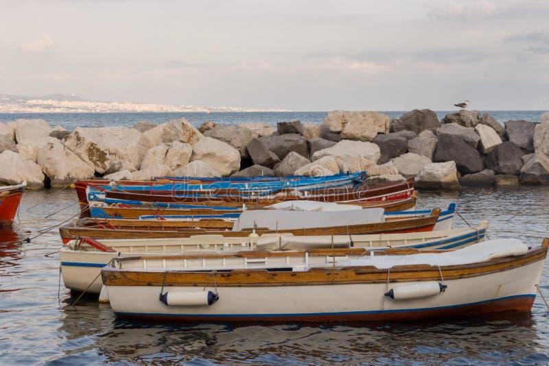 Zeilboten in dok van Middellandse Zee Boten in haven in Napels Napoli, Italië Het varen en reisconcept royalty-vrije stock foto's