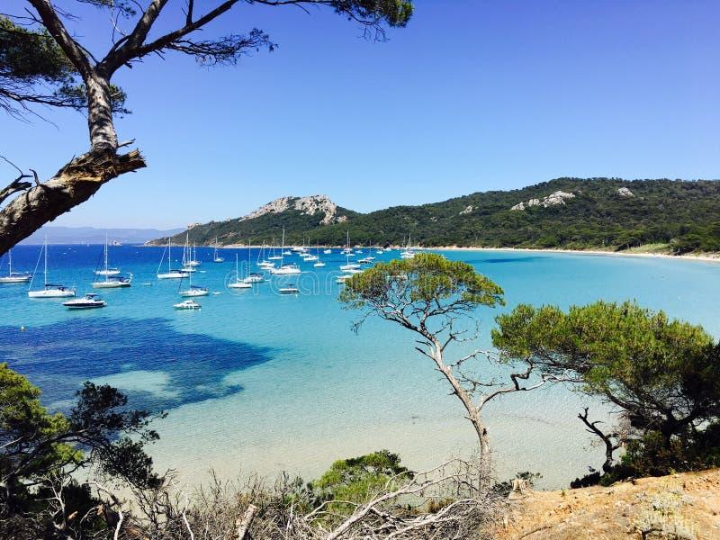 Zeilboten in een baai op de zuidelijke Franse kust stock fotografie