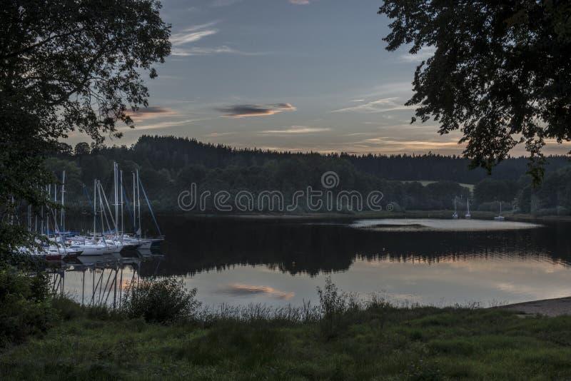 Zeilboten op de Lipno-dam bij zonsondergang royalty-vrije stock afbeelding