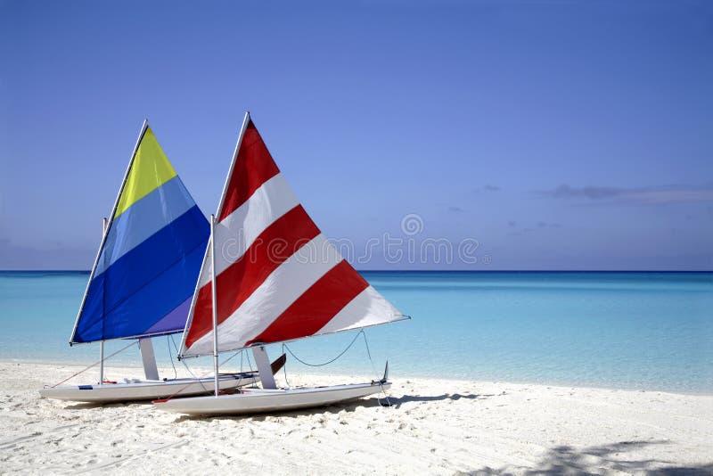 Zeilboten op het strand stock foto