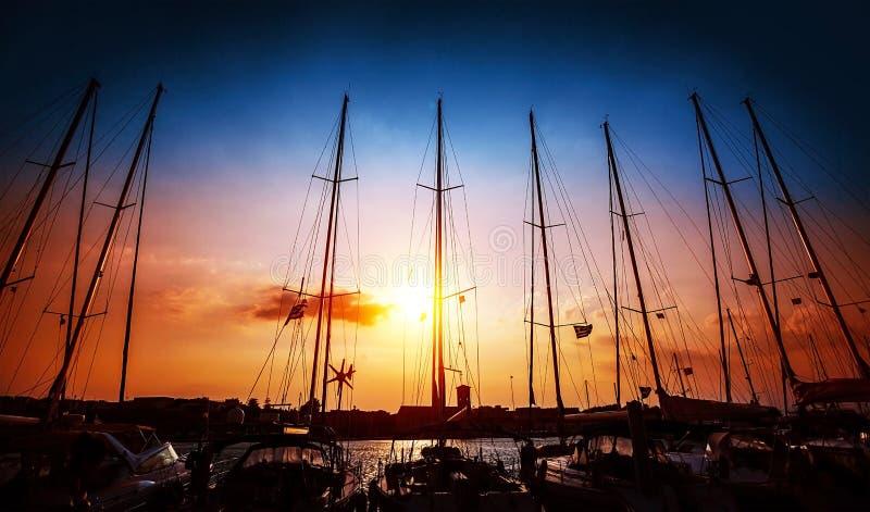Zeilboten op zonsondergang stock afbeelding